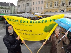 Demo bei Regen am Domplatz zu St. Pölten.